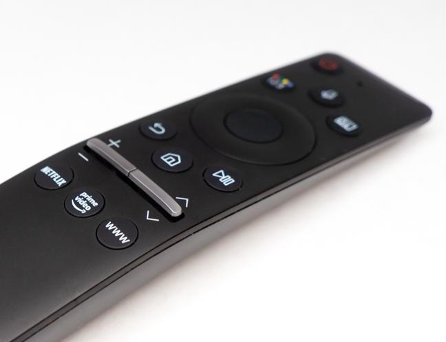 Există butoane dedicate pentru streaming și pentru comenzi vocale