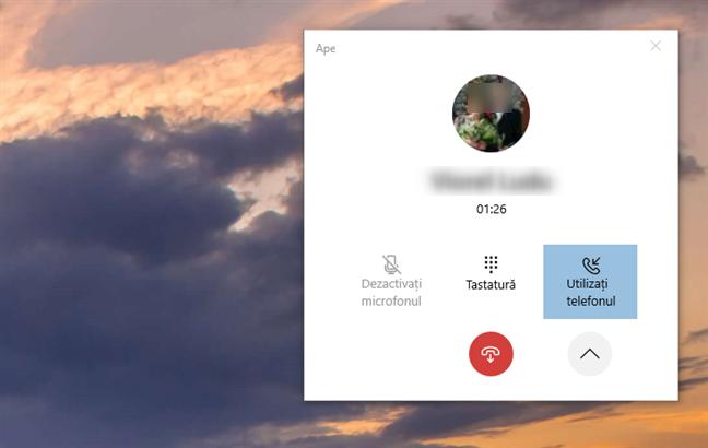 Opțiuni suplimentare disponibile în timpul unui apel telefonic cu aplicația Telefonul dvs. din Windows 10