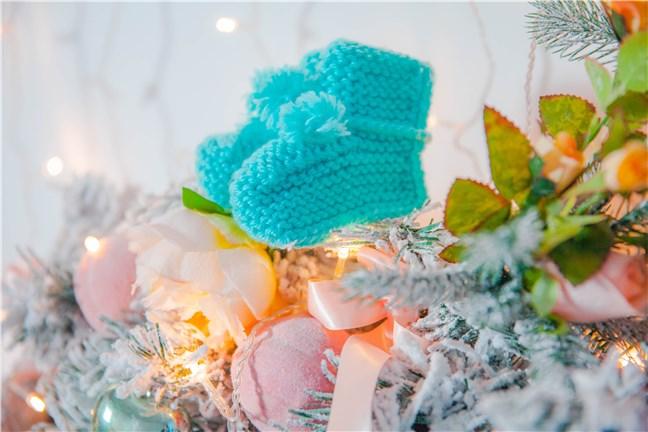 Pereche de botoșei tricotați, agățați în bradul de Crăciun