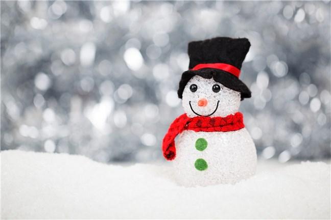 Om de zăpadă cu roșu și negru