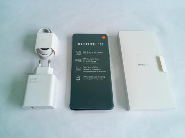 Pachetul conține, pe lângă telefon, încărcătorul, cablul USB-C și manualele